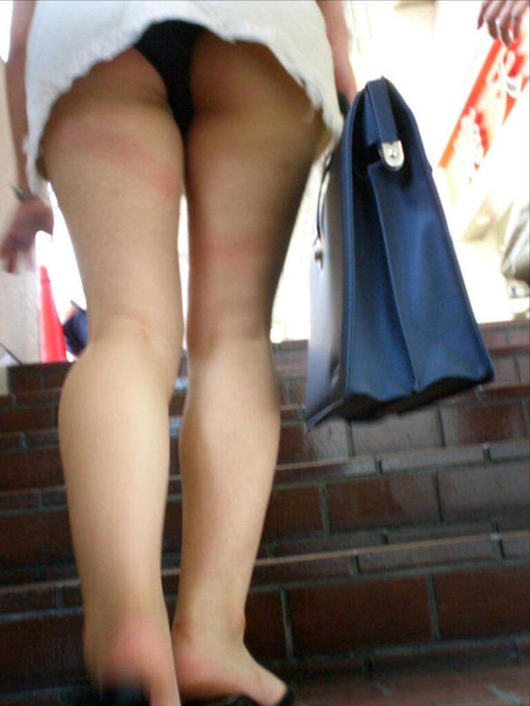 お姉さんの階段パンチラ