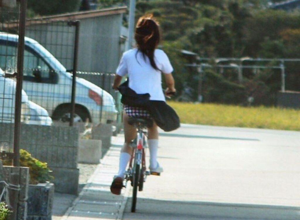 ミニスカJKの自転車パンチラ
