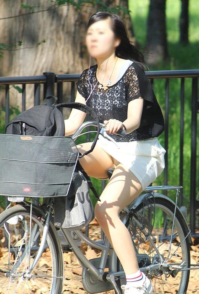 デニムミニの自転車パンチラ