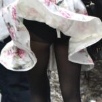 風でスカートがめくれてパンツまる見え