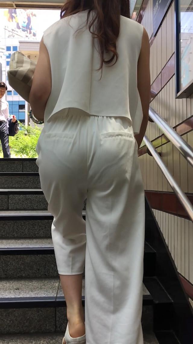 階段でパン線まる出し